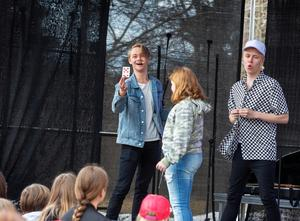 Det blev trolleritrick när Hampus Hedström och Manfred Erlandsson stod på scenen vid hembygdsgårdarna.