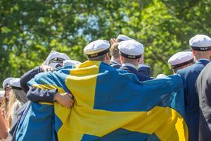 Skribenten uppskattar när den svenska flaggan används vid studentfirande och skolavslutningar.