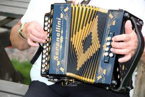 """Durspelet spelar bara durackord, undantaget a-moll, och kan beskrivas som ett dragspel korsat med ett munspel där olika toner ljuder på in- och utblås. Ett annat namn för durspelet i Sverige är """"magdeburgare""""."""