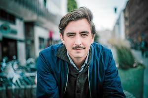 Journalisten och författaren Jack Werner kommer till Säters bibliotek den 29 mars för att föreläsa om källkritik och digitala vandringssägner. Foto: Pressbild
