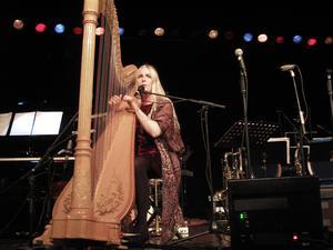 Anna Jalkeus överraskade jazzpubliken i Östersund när hon vid julkonserten baxade in sin harpa på scenen och bjöd på rent himmelska jazztoner.