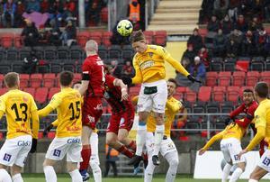 Isherwood i luftduell under matchen mot Falkenberg. ÖFK vann med 3-2.Foto: Mats Andersson / TT.