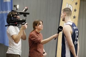 SVT-reportern Ida Forsgren intervjuar Niklas Larsson, en av Köpings bättre spelare i matchen mot Umeå, och Dan Svensson filmar.
