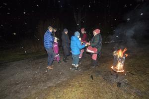Varm saft och glögg serveras av tomtemor Gulli Sundin och Josefin Haglund vid de sprakande eldkorgarna när gästerna anländer.