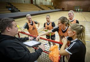 Insändarskribenterna tycker att mer av sponsorpengarna från näringslivet i Västmanland borde gå till damidrott. Här bild på Västra Mälardalens innebandy. Arkivfoto: Lennye Osbeck.