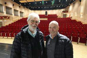 Ove Johansson och Håkan Persson hälsar publiken välkommen till adventskonserten med Askersunds manskör i Sjöängen.