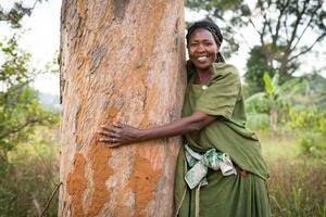 """Francis Nakitto i Uganda har fått kunskap från Vi-skogen om trädplantering och hur klimatförändringar kan bekämpas. """"Det här trädet (på bilden) är det första jag planterade när jag kom i kontakt med Vi-skogen"""