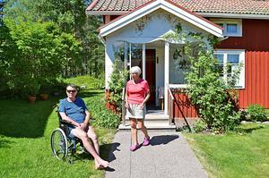 Makarna Åsberg bor i en släktgård i Västerfors, i ett hus som de byggt om och anpassat efter sina behov.