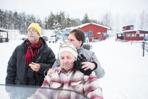 Anders Börjesson passade på att ta en korv. Samtidigt tog Kent Andersson plats vid styret och fick med sig Björn Carlsson bakpå.
