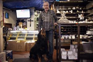 Hunden Bossen gillar att vara med i butiken. – Han lägger sig mitt i vägen bara för att folk ska prata med honom, säger Bengt.