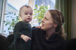 17 månader har gått och Ebba börjar bli en stor tjej. Foto: Linda Eliasson / VK