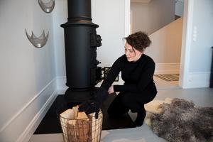 Kaminen i matsalen är inhandlad lokalt och passar husets äldre stil. Den värmer gott den stora nedervåningen.