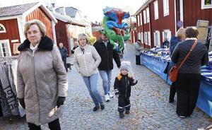 För många är det en tradition att gå på marknaden i Grythyttan. För River Skoog med ballongen var det dock allra första gången. Här med fr v Birgitta Pettersson, Monica Pettersson och Peter Skoog.