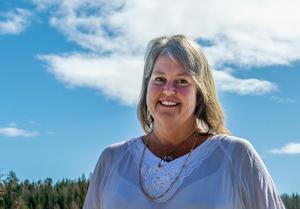 Ann Ahlgren tycker att fler ska sträcka ut en hjälpande hand.