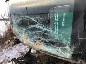 Högersidan av bussens frontruta efter olyckan. Den kraftiga karossen tycks ha skyddat såväl passagerare som chaufför från skador. Som synes krossades frontrutan men splittrades inte i glasskärvor som hade kunnat skada chaufför och resenärer.
