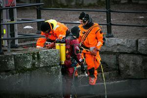Dykare sökte av Faluån på fredagseftermiddagen.