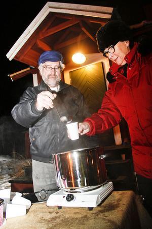 Per Karlsson och Marianne Svedberg från Stocka hamnförening bjöd på glögg.