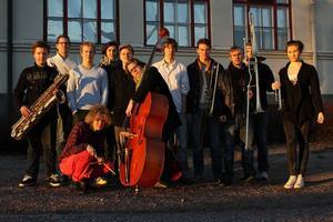 Sandviken Small Band 04-10 heter skivan som Kulturskolans storband släpper på lördagen. Bandet består av 17 musiker på saxofon, trombon, trumpet och komp. Foto: Kulturskolan Sandviken
