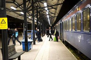Det sena kvällståget från Stockholm försvinner i december, vilket oroar Dalabanans intressenter.