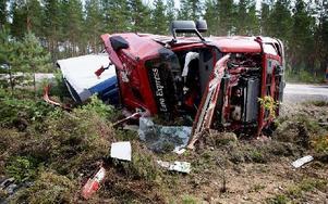 Lastbilschauffören som körde lastbilen blev snabbt omhändertagen av ambulansen. När Räddningstjänsten kom till platsen stod han upp vid sidan om vägen. Foto: Peter Ohlsson