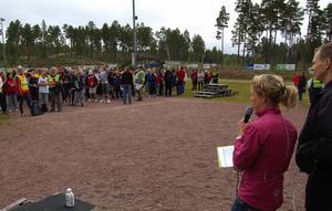 Maria Rydqvist och Bengt Leandersson hälsade eleverna välkomna till den annorlunda friluftsdagen. Foto:Björn Rehnström