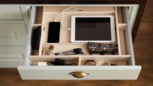 Tekniken har stor betydelse i 2015 års kök, men den behöver inte alltid synas. Marbodal har en kökslåda med inbyggd laddningsstation för telefon och surfplatta.