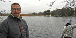Jonas Gustafsson, och dottern Elin, vill gärna se en cykelbro från Jägaråsens yttersta udde till närliggande Malmön på andra sidan sundet.