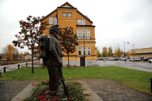 Korpral Gifting Orsa kompani, vakar över Järnvägshotellet.