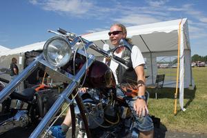 Roger Hinkelman är med i motorcykelklubben Mashed Kidneys MC i Skultuna. Här sitter han på sin ombyggda Harley Davidsson och njuter.