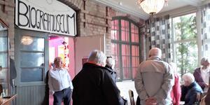 Osteoporosföreningen i Dalarna har gjort en sommarutflykt till Biografmuseet i Säter.