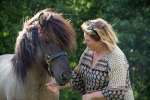 Jane Lindberg och islandshästen Isak. Det är ont om foder även till Jane Lindbergs hästar.