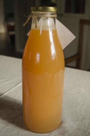 Den färdiga äppelmusten får en härlig orange färg.