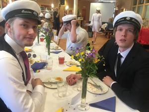 Esaias Frimodig-Lundell och Linus Lindström är två av alla studenter som redan på måndag kliver in i arbetslivet.