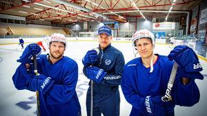 Tränaren Patrik Fagerlund, i mitten, tillsammans med backen Emil Forsberg och lagkaptenen Martin Jörgensson. Foto: Lennye Osbeck
