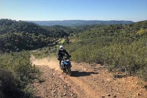 Till de höga bergen i Portugal kommer man bäst med motorcykel. Gert gillar alla underlag.