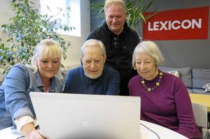 Gunnar och Solveig Lidfeldt har varit återkommande besökare på den digitala mötesplatsen hos Lexicon i Folkets Hus. Här med instruktörerna Helena Englund och Marcus Suni.