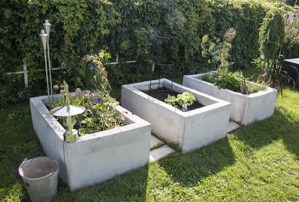 Planteringsbäddarna av betong har Annas son Linus gjutit.