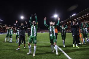 Hammarbys spelare tackar sina supportrar efter segern. Foto: TT/Per Danielsson