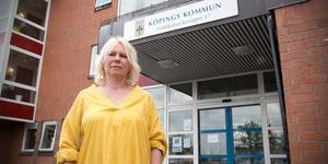 Ingen hjälp. Katarina Drevenlid framför socialförvaltningens kontor i Köping. Trots åtskilliga möten händer ingenting och hennes bror blir bara sämre.
