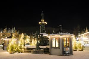 Stenstan i julskrud.