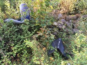 En del utrustning som hörde till sadlarna kastades i ett dike.