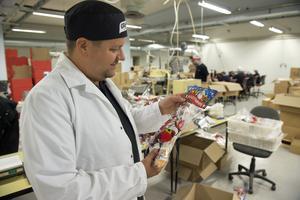 Julstrumpor med godis för den norska marknaden packas redan nu för att man ska få ut leveranserna i tid.