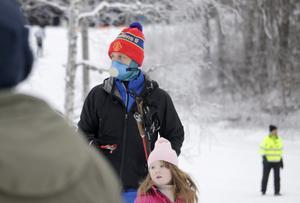 Fredrik Israelsson med dottern Saga Lindgren hejar fram hennes mamma Anna Lindgren som lyckades komma två i damklassen.