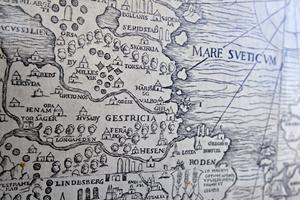 På glasverandan har de satt upp en kopia av en stor karta över Norden från 1500-talet, inköpt på Erikshjälpen i Gävle.