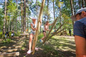 I Voxparken i Örebro testar Signe Grandin, snart tio år, och moster Ulrika Grandin, testar låghöjdsbanan.
