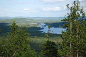 Utsikt från Knästen mot Långsjön.