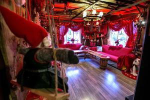 Vardagsrumssofforna har ett rött överdrag såhär i juletid. Marie älskar det tomteröda.