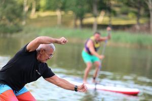 Träningsprofilen Rickard Goclon instruerar åkarna så de kan slipa på tekniken och ta sig fram fortare över vattnet.