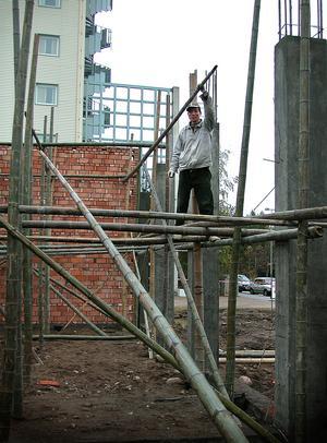 Bild: Katarina Lönnberg 2004-10-28. Arbetsställningarna av bambuträ ser riskabla ut,