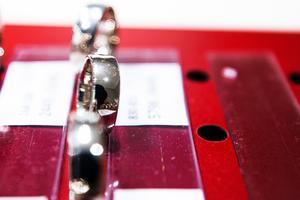 Palladium används främst inom fordonsindustrin men även för att göra smycken som vigsel- och förlovningsringar.